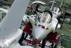Avions Rafale en cours d'assemblage à l'usine Dassault Aviation de Mérignac. La France et l'Inde ont conclu vendredi un accord pour la livraison de 36 Rafale fabriqués en France, le second contrat à l'export scellé pour l'avion de combat français après celui avec l'Egypte.  /Photo prise le 4 mars 2015/REUTERS/Régis Duvignau