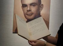 Caderno manuscrito que pertenceu ao pioneiro da computação Alan Turing é exibido em Hong Kong em março. 19/03/2015 REUTERS/Bobby Yip