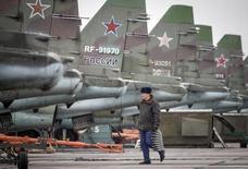 Штурмовики Су-25 во время учений в Ставропольском крае. 12 марта 2015 года. Правительство России заявило о готовности сократить самую значительную статью бюджетных расходов - на оборону и безопасность - перед угрозой исчерпания ресурсов Резервного фонда. REUTERS/Eduard Korniyenko