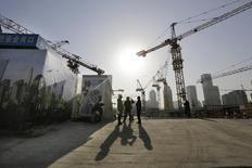 En la imagen, trabajadores conversan afuera de un lugar de construcción en un distrito financiero de Pekín. 29 de diciembre, 2014. Los bancos chinos extendieron 1,18 billones de yuanes (189.970 millones de dólares) en nuevos préstamos en marzo, por encima de las expectativas del mercado, pero el crecimiento de la oferta de dinero en sentido amplio se desaceleró, mostraron el martes datos del banco central. REUTERS/Jason Lee