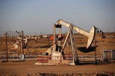 An oil field is seen at sunrise near Bakersfield, California October 14, 2014. REUTERS/Lucy Nicholson