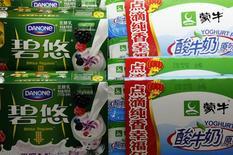 Йогурты Danone и Mengniu на полке супермаркета в Пекине. 13 февраля 2014 года. Квартальные продажи Danone выросли на 4,8 процента, превзойдя прогнозы, за счет восстановления спроса на детское питание в Азии и заметного роста в сегменте минеральных вод. REUTERS/Kim Kyung-Hoon