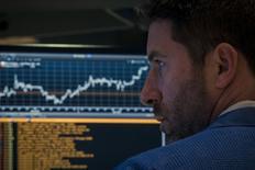 Трейдер на фондовой бирже в Нью-Йорке. 15 апреля 2015 года. Фондовые рынки США выросли в среду за счет повышения цен на нефть и большего оптимизма инвесторов в отношении квартальных результатов компаний. REUTERS/Brendan McDermid