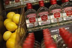 Le leader mondial des spiritueux Diageo, propriétaire notamment des marques de whisky Johnnie Walker, de vodka Smirnoff et de bière Guinness, a fait état d'une baisse de 0,7% de ses ventes au troisième trimestre, consécutive à une réduction des stocks en Asie du sud-est et imputable également à un comparatif fort en Grande-Bretagne. /Photo d'archives/REUTERS/Suzanne Plunkett