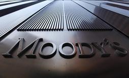 Логотип Moody's на здании в Нью-Йорке. 2 августа 2011 года. Ситуация вокруг внешнего долга Украины, вероятно, останется опасной в обозримом будущем с учетом того, что обязательства по обслуживанию долга составляют более $8 миллиардов до конца 2015 года, говорится в обновленном Анализе кредитного состояния Украины от агентства Moody's Investors Service. REUTERS/Mike Segar