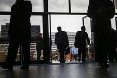 Personas ingresan a una feria laboral en Uniondale, Nueva York . Imagen de archivo, 7 octubre, 2014. El número de estadounidenses que pidieron por primera vez el seguro de desempleo subió inesperadamente la semana pasada, pero la tendencia subyacente continuó indicando un fortalecimiento del mercado laboral. REUTERS/Shannon Stapleton