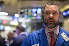 Un operador en la bolsa de Wall Street en Nueva York, abr 20 2015. Las acciones de Estados Unidos subían el lunes e interrumpían el fuerte declive de la sesión previa, mientras China actuaba para estimular su economía en desaceleración y las ganancias trimestrales de empresas llevaban dinero de vuelta a la bolsa. REUTERS/Brendan McDermid