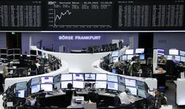 Трейдеры на торгах фондовой биржи во Франкфурте-на-Майне 20 апреля 2015 года. Европейские фондовые рынки растут за счет превышающих прогнозы квартальных результатов компаний. REUTERS/Remote/Staff