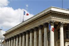 La Bourse de Paris évolue en légère baisse à la mi-séance et le CAC 40 perd 0,17% vers 12h50, les craintes sur le dossier grec et la baisse inattendue du moral des investisseurs et analystes allemands mesuré par l'institut ZEW étant partiellement compensées par des résultats d'entreprises jugés solides. /Photo d'archives/REUTERS/Charles Platiau