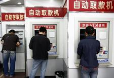La Chine a annoncé mercredi l'ouverture prochaine de son marché de la compensation des transactions par cartes bancaires, une décision qui devrait permettre à des groupes étrangers comme Visa et MasterCard d'accéder directement à un marché estimé l'an dernier à plus de 6.000 milliards d'euros. /Photo d'archives/REUTERS