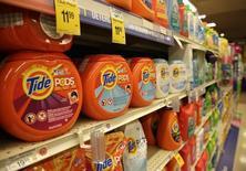 Procter & Gamble a vu son chiffre d'affaires diminuer pour le cinquième trimestre d'affilée en raison du dollar fort et d'une baisse de la demande pour ses produits d'hygiène et de beauté. Le bénéfice net est de 2,15 milliards de dollars, soit 75 cents par action, au troisième trimestre clos le 31 mars contre 2,61 milliards (90 cents) un an auparavant. /Photo d'archives/REUTERS/Gary Cameron