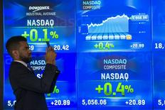 L'indice Standard & Poor's-500 des marchés américains et le Composite du Nasdaq progressaient à l'ouverture vendredi au lendemain de nouveaux plus hauts historiques, portés par les bons résultats de géants des hautes technologies comme Google, Amazon et Microsoft. Après quelques minutes d'échanges, l'indice Dow Jones cédait 0,2%. Mais le Standard & Poor's 500, plus large, progressait de 0,13% et le Nasdaq Composite prenait 0,70%, dépassant de nouveau son record des années 2000 durant la bulle internet. /Photo prise le 23 avril 2015/REUTERS/Lucas Jackson