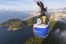 Vinícius, mascote dos Jogos Olímpicos Rio 2016, em cima do teleférico do Pão de Açúcar para marcar os 500 dias para a cerimônia de abertura dos Jogos. 24/03/2015 REUTERS/Alex Ferro/Rio 2016/Divulgação