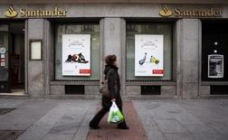 Santander a enregistré une haussse de 32% de son bénéfice net au titre du premier trimestre 2015, la première banque de la zone euro ayant enregistré à la fois une augmentation de son revenu net des intérêts et une baisse des charges liées à des créances douteuses. /Photo prise le 3 février 2015/REUTERS/Andrea Comas