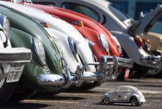 Игрушечная модель Volkswagen Beetle рядом с реальными Beetle на праздновании Национального дня Beetle в Сан-Бернарду-ду-Кампу 23 января 2011 года. Операционная прибыль немецкого автоконцерна Volkswagen выросла в первом квартале 2015 года из-за роста спроса на автомобили в Европе и сокращения расходов после шока, вызванного отставкой Фердинанда Пиеха с поста председателя совета директоров REUTERS/Fernando Donasci