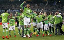 Jogadores do Wolfsburg comemoram vitória sobre o Arminia Bielefeld nas semifinais da Copa da Alemanha. 29/04/2014 REUTERS/Ina Fassbender