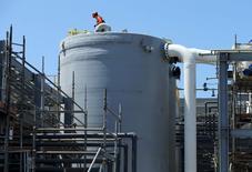 Un trabajador sobre un estanque en una planta desalinizadora de Western Hemisphere en Carlsbad, EEUU, abr 14 2015. La expansión del sector manufacturero de Estados Unidos se debilitó en abril por una caída en el crecimiento de la producción y los nuevos pedidos, de acuerdo con un reporte divulgado el viernes. REUTERS/Mike Blake