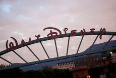 Le chiffre d'affaires trimestriel de Walt Disney est supérieur aux attentes des analystes, grâce à une progression des dépenses des visiteurs de ses parcs d'attraction et à une progression des recettes publicitaires de ses réseaux câblés.   Le chiffre d'affaires total du groupe de divertissement et de médias a progressé de 7%, à 12,46 milliards de dollars. /Photo d'archives/REUTERS/Eric Thayer