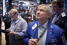 Operadores trabajando en la bolsa de Wall Street en Nueva York, mayo 6 2015. Las acciones bajaban levemente el miércoles en Wall Street, revirtiendo el alza al inicio de la sesión, ya que unos datos decepcionantes, entre ellos cifras del empleo privado más débiles de lo esperado, aumentaban la inquietud por la potencial recuperación de la economía estadounidense tras un modesto crecimiento en el primer trimestre. REUTERS/Brendan McDermid