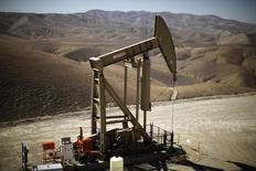 Una unidad de bombeo de crudo operando en Monterey Shale, EEUU, abr 29 2013. El alza de los precios del petróleo ha sido impulsada por un crecimiento de la demanda mayor a la esperada y una desaceleración de los suministros, y probablemente continuará en el segundo semestre de este año, dijo el miércoles un delegado del Golfo Pérsico en la organización.  REUTERS/Lucy Nicholson