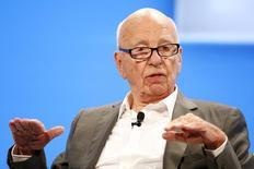 """Twenty-First Century Fox, le groupe de médias et de divertissement contrôlé par Rupert Murdoch (photo), a publié mercredi un chiffre d'affaires trimestriel ajusté en hausse de 1,2%, de 6,76 à 6,84 milliards de dollars, grâce aux performances de son réseau de télévision câblée et au succès en salle des films """"Taken 3"""" et de """"Kingsman: Services secrets""""./Photo prie le 29 octobre 2014/REUTERS/Lucy Nicholson"""