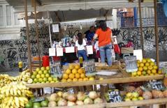 Un mercado al aire libre en Río de Janeiro, mar 19 2015. La inflación de Brasil medida por el índice de precios IGP-DI se aceleró un 0,92 por ciento en abril, informó el jueves el grupo privado Fundación Getulio Vargas.  REUTERS/Ricardo Moraes