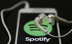 Le site d'écoute de musique en ligne Spotify prévoit d'entrer sur le marché de la vidéo sur internet et a eu des discussions avec plusieurs acteurs du numérique sur d'éventuels partenariats, rapporte jeudi le Wall Street Journal, citant des sources proches du dossier. /Photo d'archives/REUTERS/Dado Ruvic