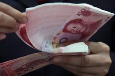 La banque centrale chinoise a abaissé dimanche ses principaux taux directeurs, pour la troisième fois depuis novembre, une initiative visant à réduire les coûts d'emprunt et à soutenir la croissance de la deuxième économie mondiale. /Photo d'archives/REUTERS