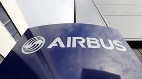 Airbus Group est une des valeurs à suivre lundi à la Bourse de Pari, après l'accident d'un avion de transport militaire A400M samedi en Espagne, le premier pour ce type d'appareil. /Photo prise le 4 décembre 2014/REUTERS/Régis Duvignau