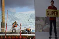 Chantier de construction à Madrid. La zone euro a probablement enregistré au premier trimestre une croissance solide qui, pour une fois, la placera devant les Etats-Unis et confirmera sa meilleure santé après cinq années de stagnation ou de récession. /Photo prise le 30 janvier 2015/REUTERS/Sergio Perez