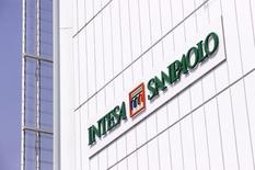 Intesa Sanpaolo, la première banque de détail italienne, a publié un bénéfice net meilleur que prévu au titre du premier trimestre 2015, tout en confirmant sa politique généreuse de distribution de deux milliards d'euros pour cette année. /Photo prise le 10 avril 2015/REUTERS/Giorgio Perrottino
