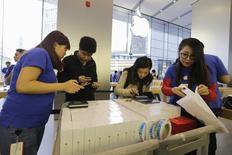 Clientes obtienen sus Iphone 6 pre-ordenados en una tienda de Apple en Beijing 17 de Octubre de 2014. El mercado de teléfonos inteligentes en China se saturó, según un nuevo estudio de la analista de la industria IDC, con implicancias potencialmente significativas para la industria global, liderada por gigantes como Apple y Samsung Electronics. REUTERS/Jason Lee