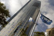 La casa matriz de YPF en Buenos Aires , abr 16 2015. La petrolera argentina YPF informó el lunes que entró en vigencia el acuerdo firmado con la compañía malasia Petronas por 550 millones de dólares para explotar hidrocarburos no convencionales en la formación patagónica Vaca Muerta.  REUTERS/Enrique Marcarian