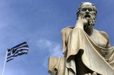 Bandeira da Grécia próxima a estátua do filósofo Sócrates, em Atenas.    18/03/2015  REUTERS/Yannis Behrakis