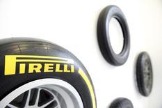 L'italien Pirelli, numéro cinq mondial des pneumatiques, a fait état mercredi d'un bénéfice d'exploitation en hausse de 4,5%, conforme au consensus, grâce à de bonnes ventes de ses produits haut de gamme et à une réduction de ses coûts. /Photo prise le 26 mars 2015/REUTERS/Giorgio Perottino