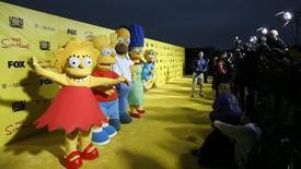 """Lisa, Bart, Homer, Marge e Maggie na comemoração de 20 anos da série """"Os Simpsons"""" em Santa Monica. 18/10/2009  REUTERS/Mario Anzuoni"""