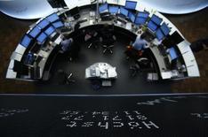 Les Bourses européennes sont proches de l'équilibre jeudi à la mi-séance. À Paris, le CAC 40 abandonne 0,05% à 4.959,14 points à 10h40 GMT dans des volumes nettement réduits en ce jour férié de l'Ascension. À Francfort, le Dax gagne 0,03% et à Londres, le FTSE cède 0,06%. /Photo d'archives/REUTERS/Lisi Niesner