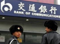 Guardias afuera de una sucursal del Banco de Comunicaciones, en Beijing, 30 de marzo de 2010. Bank of Communications Co Ltd (BoCom), el quinto mayor prestamista de China, está cerca de lograr un acuerdo para comprar el 80 por ciento del brasileño Banco BBM SA por alrededor de 200 millones de dólares, en lo que sería la primera adquisición en el extranjero de la entidad, informó Bloomberg citando a personas con conocimiento del tema. REUTERS/David Gray