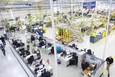 Técnicos de aeronaves y personal de apoyo trabajan en Sikorsky Global Helicopters en Coatesville, Pennsylvania, 16 de octubre de 2014. El crecimiento de la actividad manufacturera en el estado de Nueva York se aceleró en mayo después de debilitarse por tres meses consecutivos, mostró el viernes un sondeo de la Reserva Federal de Nueva York. REUTERS/Mark Makela