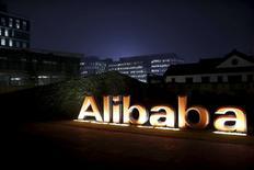 En la imagen, el logo de Alibaba Group en la oficina principal de la compañía en Hangzhou, Zhejiang, China. 11 de noviembre, 2014. Taiwán ha dado al gigante chino de comercio electrónico Alibaba seis meses para cerrar las operaciones del mercado online de Taobao, por no haber solicitado el permiso requerido a las compañías chinas continentales para hacer negocios en la isla, dijeron las autoridades de Taipei el lunes. REUTERS/Aly Song/Files