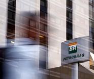 Una persona pasa ante las oficinas de Petrobras en Sao Paulo, el 23 de abril de 2015. La empresa estatal brasileña Petrobras informó el lunes que la producción de crudo y gas en Brasil en abril totalizó 2,596 millones de barriles de petróleo equivalente por día, un alza de un 0,8 por ciento frente a marzo. REUTERS/Paulo Whitaker