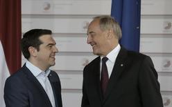 Primeiro-ministro grego, Alexis Tsipras (esquerda), conversa com o presidente da Letônia, Andris Berzins, durante uma cúpula em Riga, na Letônia, nesta quinta-feira. 21/05/2015 REUTERS/Ints Kalnins