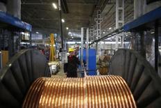 Un trabajador revisa cables de cobre que son producidos en una fábrica en la ciudad de Kayseri, en el centro de Anatolia, 12 de febrero de 2015. Los precios del cobre cayeron el viernes ante las preocupaciones sobre la demanda en el mayor consumidor China, mientras que el níquel tocó mínimos de cuatro semanas luego de que las existencias en los almacenes registrados de la Bolsa de Metales de Londres subieron a un nivel récord. REUTERS/Umit Bektas