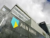 La oficina central del banco ABN Amro, en Amsterdam, 20 de marzo de 2007. El Gobierno holandés planea sacar a bolsa por etapas al banco ABN Amro, nacionalizado tras la crisis financiera, empezando con una participación del 30 por ciento que podría valorizarse en hasta 4.500 millones de euros (5.000 millones de dólares), indicó el viernes el ministro de Finanzas. REUTERS/Robin van Lonkhuijsen