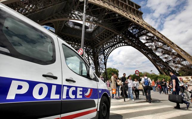 5月22日、世界有数の観光名所であるパリのエッフェル塔が、数時間にわたって閉鎖される事態になった。周辺で横行するスリ被害に業を煮やした職員が、対策強化を求めてストライキを決行した。写真は、塔周辺をパトロールする警察車両。24日撮影(2015年 ロイター/Mal Langsdon)