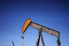 Una unidad de bombeo de petróleo operando en un campo cerca de Denver, Colorado, 2 de febrero de 2015. El petróleo caía 2 por ciento el martes, en medio de una fuerte escalada del dólar que presionaba los futuros del crudo que operan en moneda estadounidense y las preocupaciones de que la reciente alza podría mantener activos a los productores en Estados Unidos. REUTERS/Rick Wilking