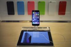 Un celular iPhone 6 en muestra en su primer día de ventas, en la tienda Apple de la Quinta Avenida, Nueva York, 19 de septiembre de 2014. Apple Inc encontró un error de programación que puede hacer que los iPhones fallen cuando reciben un mensaje que contiene un secuencia específica de texto. REUTERS/Adrees Latif