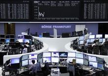 A l'exception de Londres, les Bourses européennes sont orientées à la baisse à mi-séance sur fond de regain d'inquiétude autour du dossier grec. À Paris, le CAC 40 cède 0,60% à 5.151,40 points vers 11h00 GMT. À Francfort, le Dax abandonne 0,42% tandis qu'à Londres, le FTSE affiche un gain de 0,16%. /Photo prise le 28 mai 2015/REUTERS