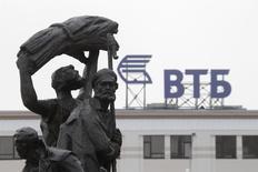 Логотип ВТБ на здании в Ставрополе 22 января 2015 года. Второй по величине в РФ госбанк ВТБ, который взял в управление задолжавший ему фонд электроэнергетики Rusenergo Fund Limited, планирует до конца года распродать его, скорее всего, по частям, сказал источник, знакомый с планами банка. REUTERS/Eduard Korniyenko