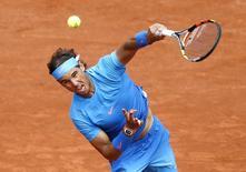 Rafael Nadal em jogo contra Almagro em Roland Garros. 28/5/2015.        REUTERS/Vincent Kessler